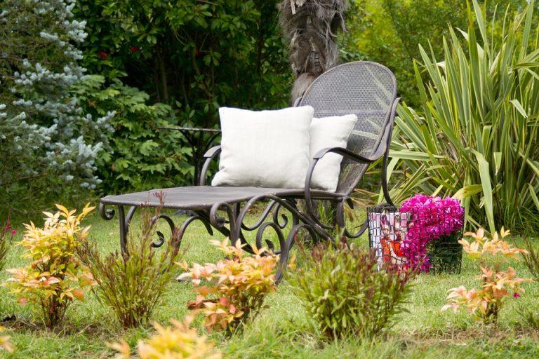 Le siège de repos dans le jardin pour les petits et les grands