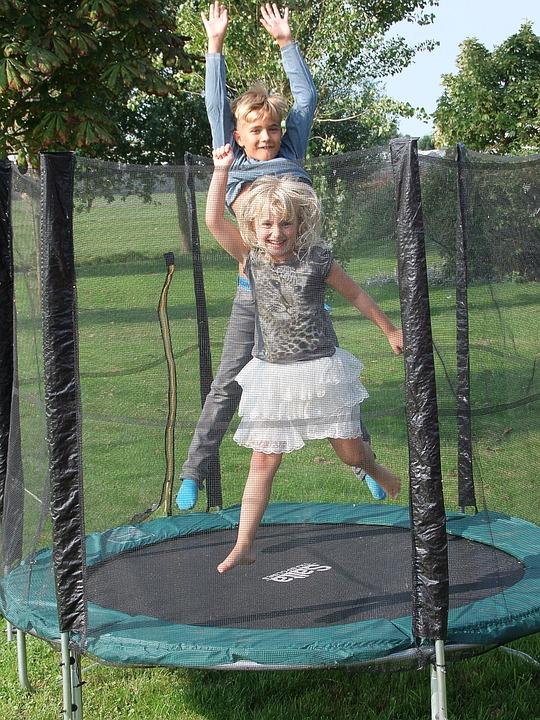 Le trampoline, un accessoire de jeu indiqué pour enfants