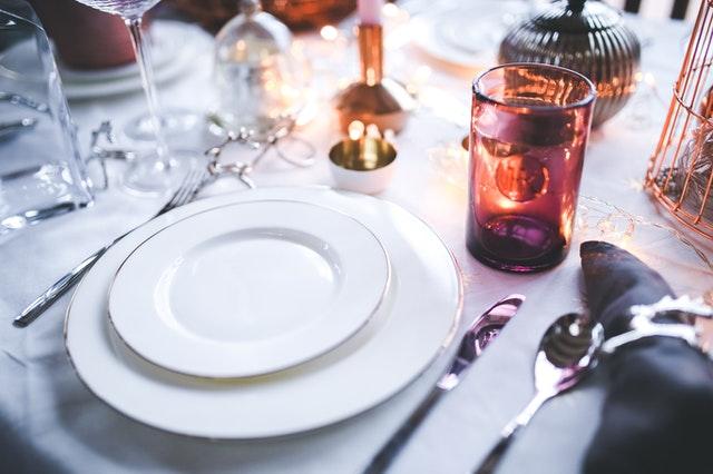 Des assiettes en porcelaine pour une table magnifiquement dressée